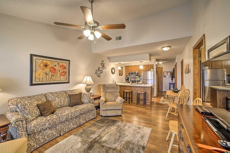 Descansar en este 2 dormitorios, 2 baños condominio de alquiler de vacaciones en Branson West.