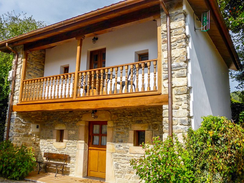 Charming stone house in idyllic coastal village, lovely walk to stunning  beach, holiday rental in Villaviciosa