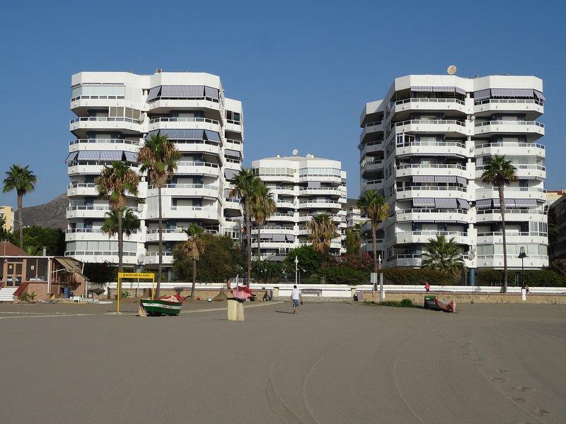 El bloque de apartamentos en el centro de cinco alta en la parte delantera izquierda
