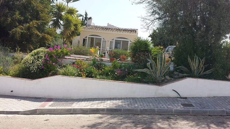 Great bungalow villa with pool, fab lake views,  minutes walk from best restaurant bar around...