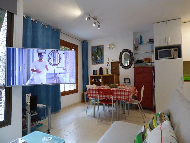 "Living room with Samsung Smart TV 4K UHDR 42 """