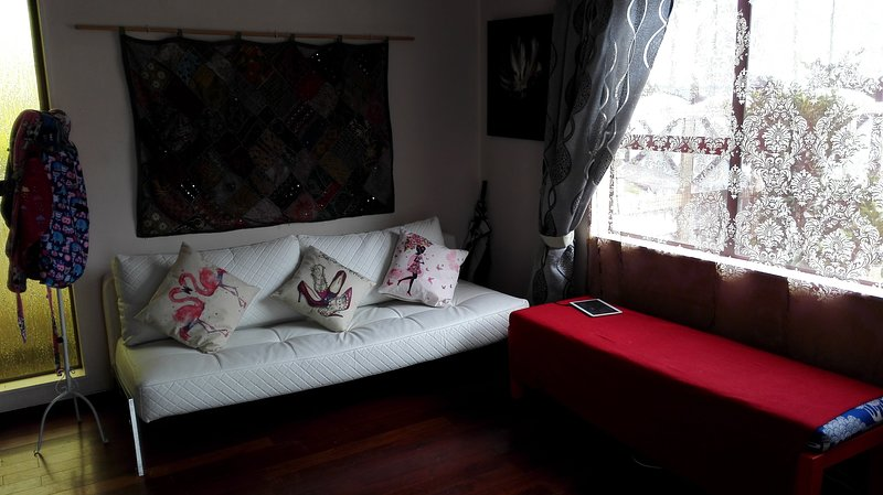 Relaxed comfortable bedroom, nice beaches and lookouts nearby, holiday rental in New Plymouth