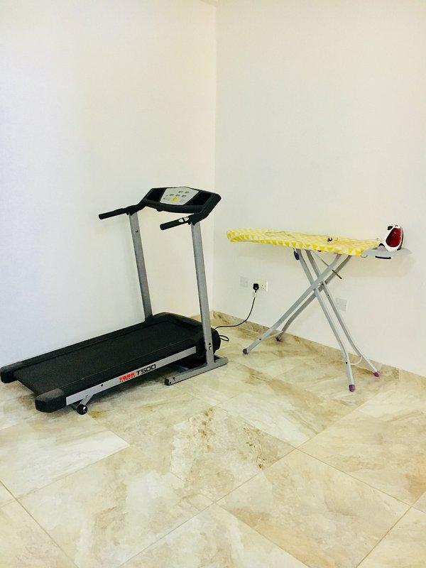 Una cinta de correr y tabla de planchar se encuentran en la zona de aterrizaje de la planta superior