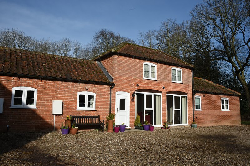 Escape to the country and seaside! Book Grove Stables in East Ruston, Norfolk, vacation rental in Worstead