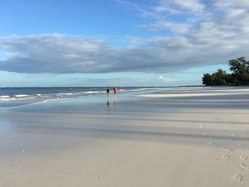weißer Sandstrand nur 2 Minuten zu Fuß von unserem Gelände entfernt