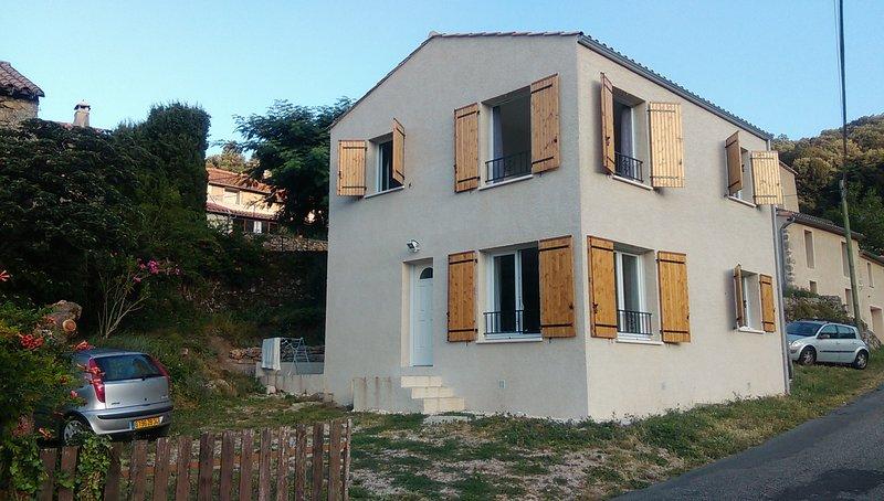MAISON ACTUELLE DANS HAMEAU ANCIEN, location de vacances à Saint Andre de Valborgne