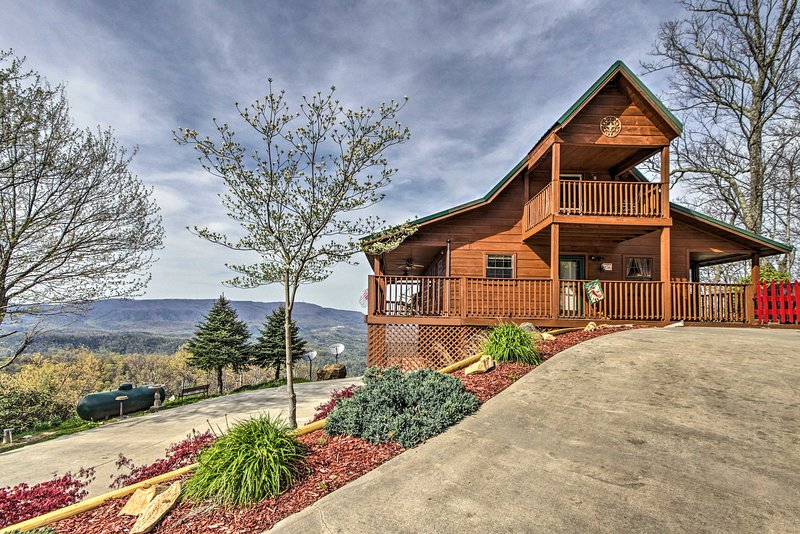 Explore the Pigeon Forge area from this copacetic vacation rental cabin for 15!