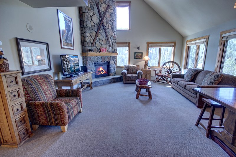 Fantastic vaulted ceilings in this Arapahoe Lodge condo