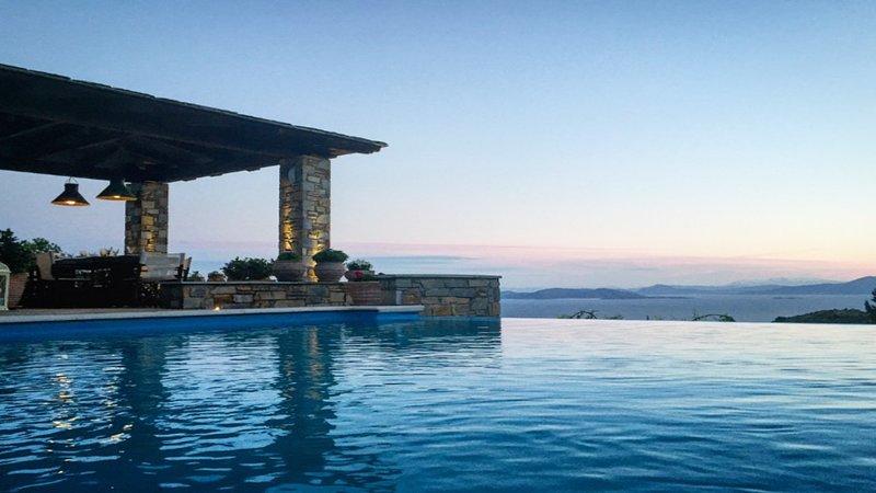 AKROLITHOS Villa kombiniert atemberaubende Aussicht mit luxuriösen Annehmlichkeiten