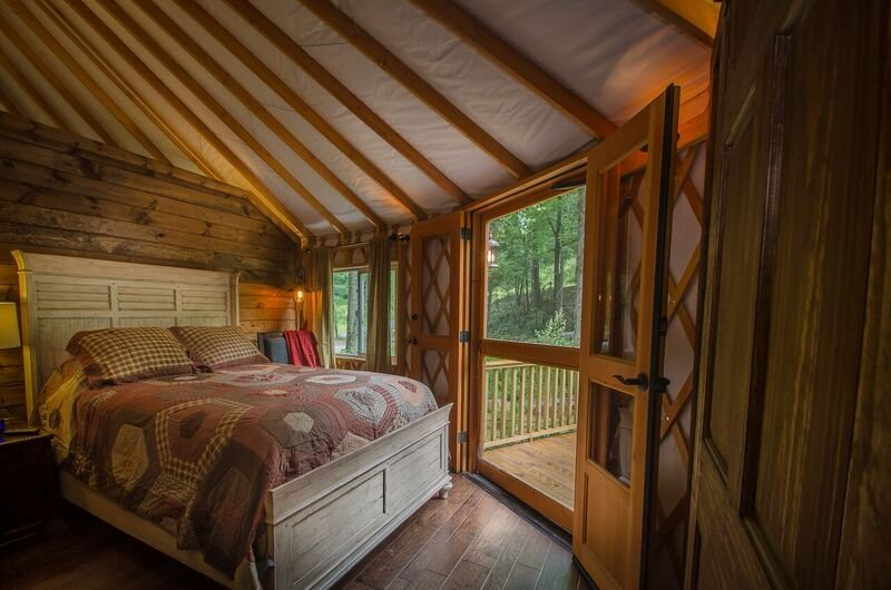Tranquil Luxury Yurt with Creekviews-Hot Tub-2 Bedroom, holiday rental in Topton