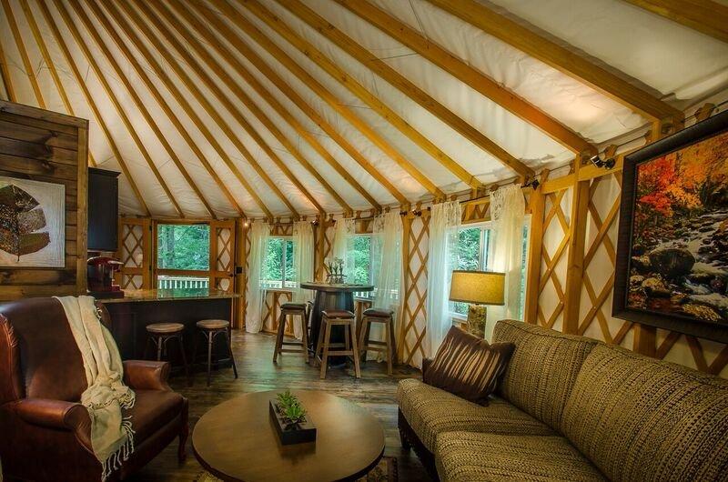 Creekside Luxury Yurt -2 Bedroom-Hot Tub, holiday rental in Topton