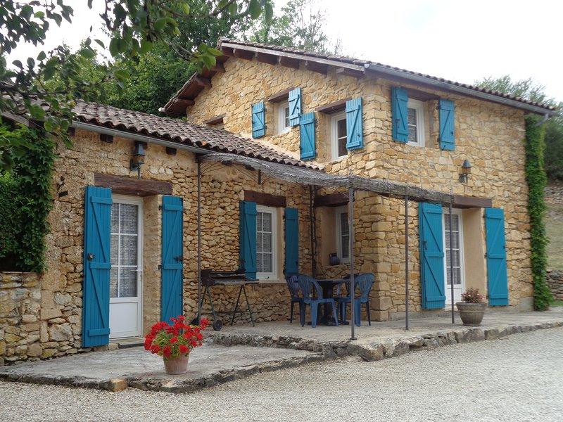 Location pour couple avec ou sans enfant, avec piscine dans le Périgord, casa vacanza a Sainte-Alvere