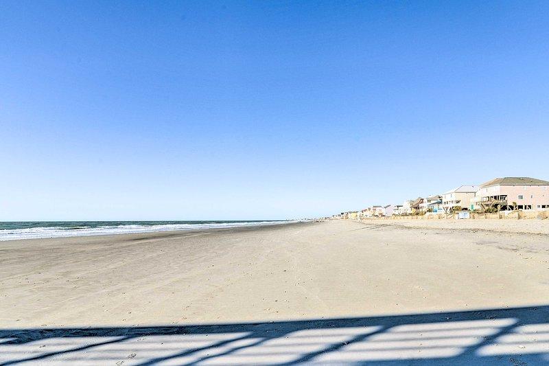 Passear ao longo da praia por um dia nas margens de areia.