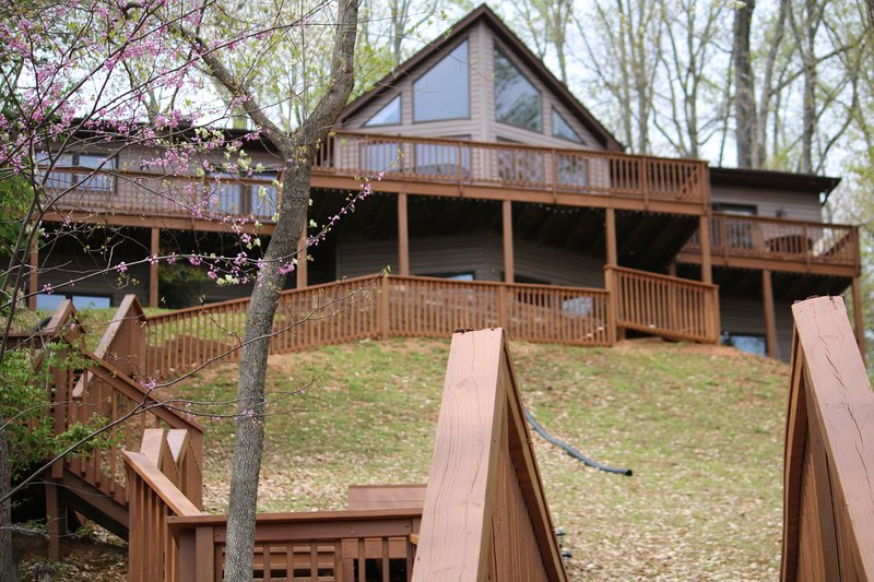 Unwind & Reel 'em Inn - Newly renovated lake home at Smith Mountain Lake, location de vacances à Bedford