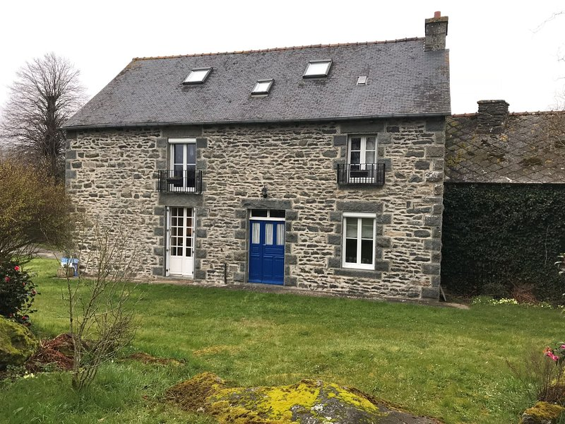 Traditional Granite House in Langourla near Dinan and Lamballe, vacation rental in Meneac