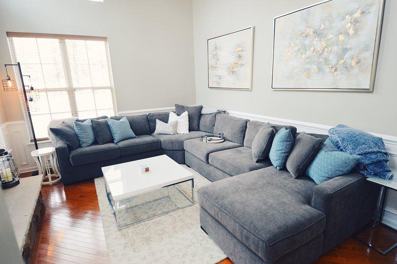 """Confortável sala de estar com TV a lenha lareira + 55"""" + espaçosos seccionais + jogos de tabuleiro / quebra-cabeças"""