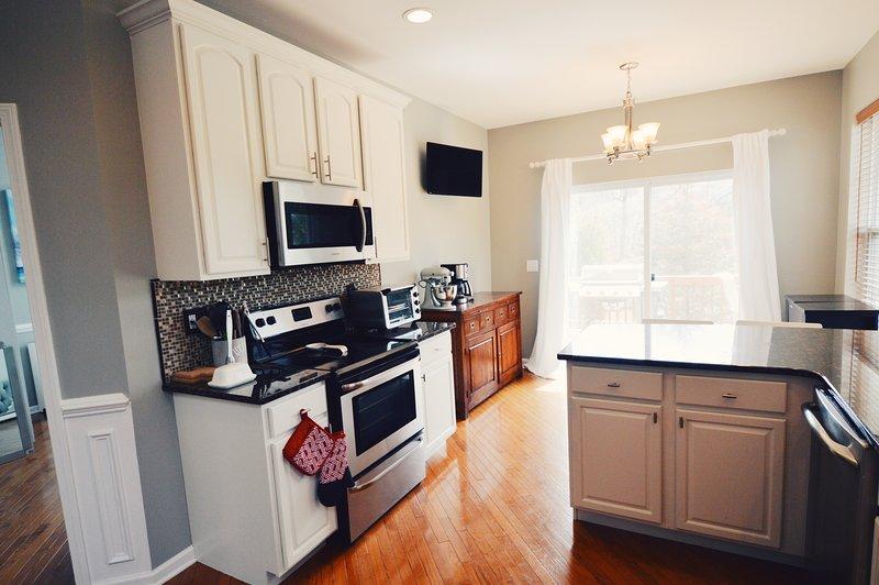 cozinha arejada, com tudo o que você precisa para cozinhar (incluindo um misturador KitchenAid!)