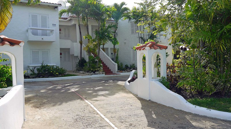 Large secure and comfortable Apartment with Pool at Mullins Bay, holiday rental in Mullins