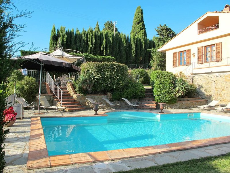 VILLA BELVEDERE Independent villa with salt water pool, holiday rental in Volpaia
