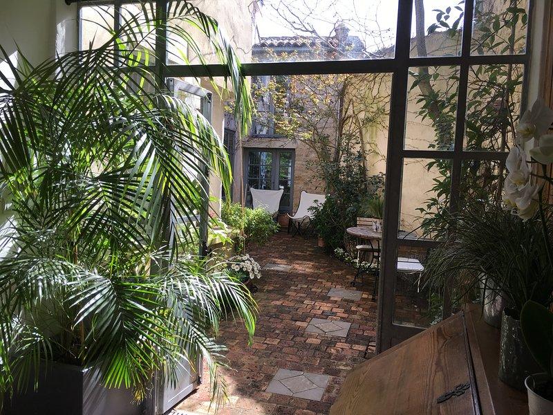 Blick auf den Innenhof vom Wintergarten
