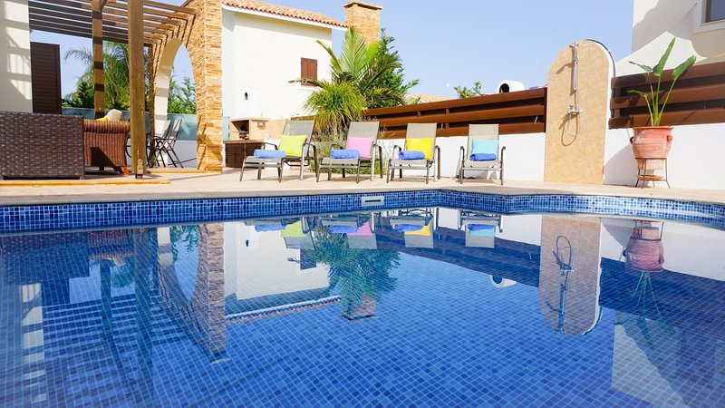 Villa Iris - Modern Villa in Exclusive Development with Large Pool, BBQ, WIFI, alquiler vacacional en Xylophagou