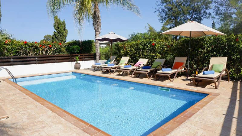 Villa Palm Breeze - Modern Villa in Prime Location with Private Pool, BBQ and – semesterbostad i Paralimni
