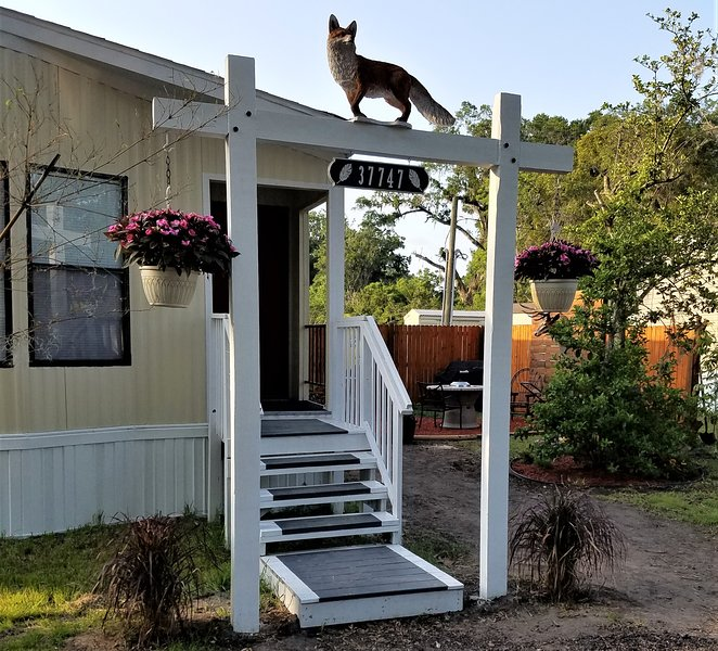 ★Couple's Getaway★ + Private patio & grill area, casa vacanza a Zephyrhills