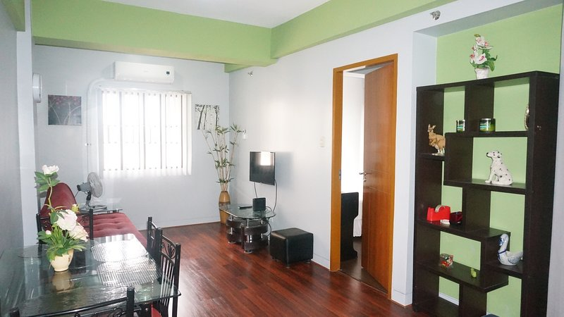 Simple & relaxing condo unit beside Airport & Marriott Hotel, vacation rental in Pasay