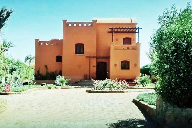 Entrada de Villa con gran jardín