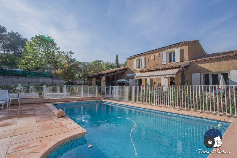 Quiet studio with garden and pool - Dodo et Tartine, vacation rental in La Destrousse