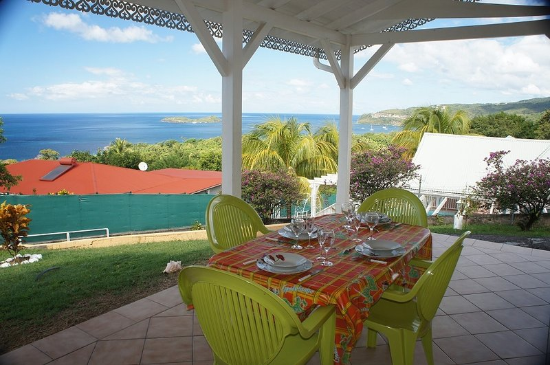 Large terrace with panoramic views of the Pigeon Islands (Cousteau Reserve).