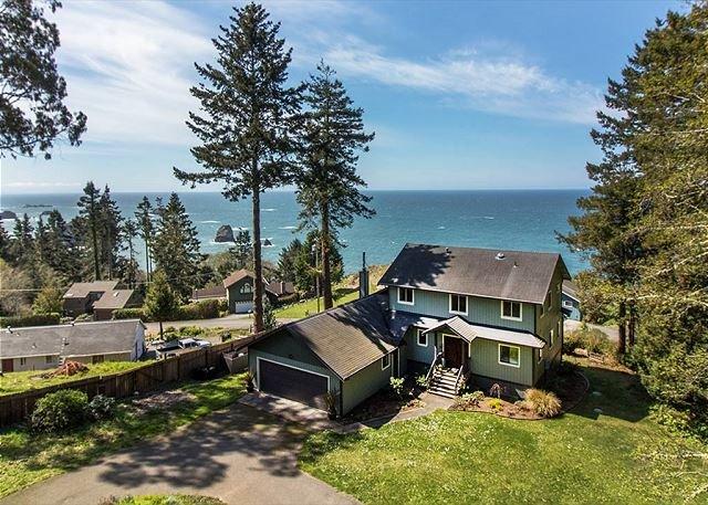 Seawood Vista - Ocean & Redwood Views w/ Hot Tub!, holiday rental in Orick