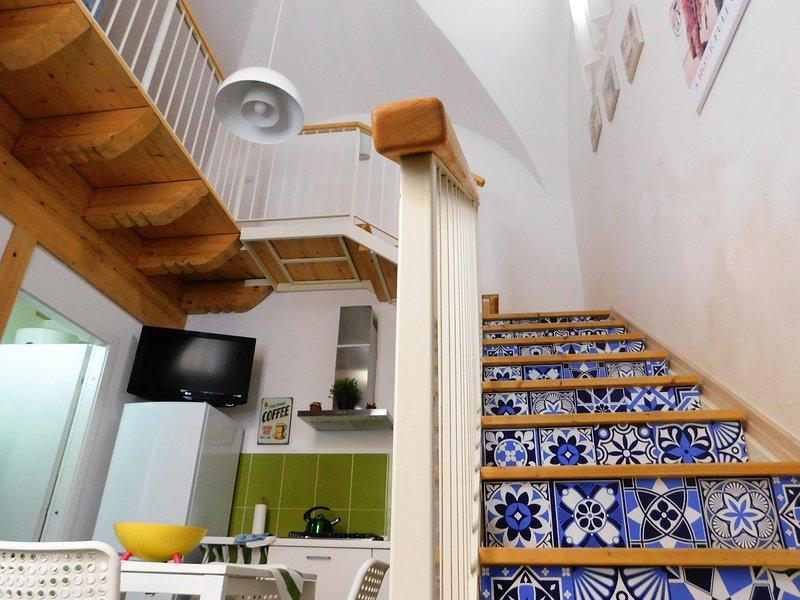 cucina soggiorno e accesso al livello superiore