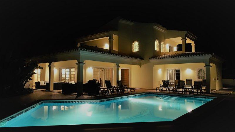 Front View Villa 's nachts