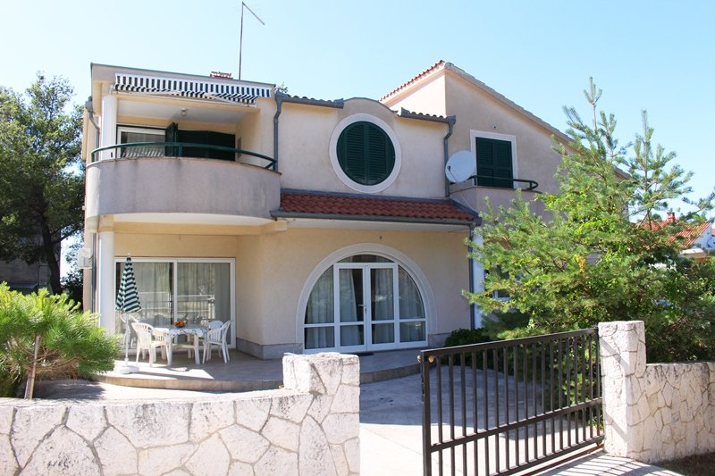 Big 2 bedroom apartment - Bralic, vacation rental in Sibenik