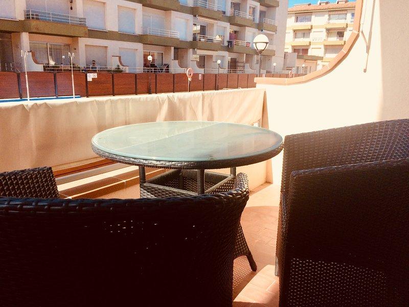 Terrasse avec 2 sièges. Vous pouvez manger 4 avec 2 chaises supplémentaires.