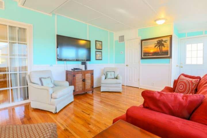 Une fois que vous entrez dans la porte d'entrée, vous trouverez notre salle de soleil avec un canapé rembourré, fauteuils et d'une télévision intelligente.