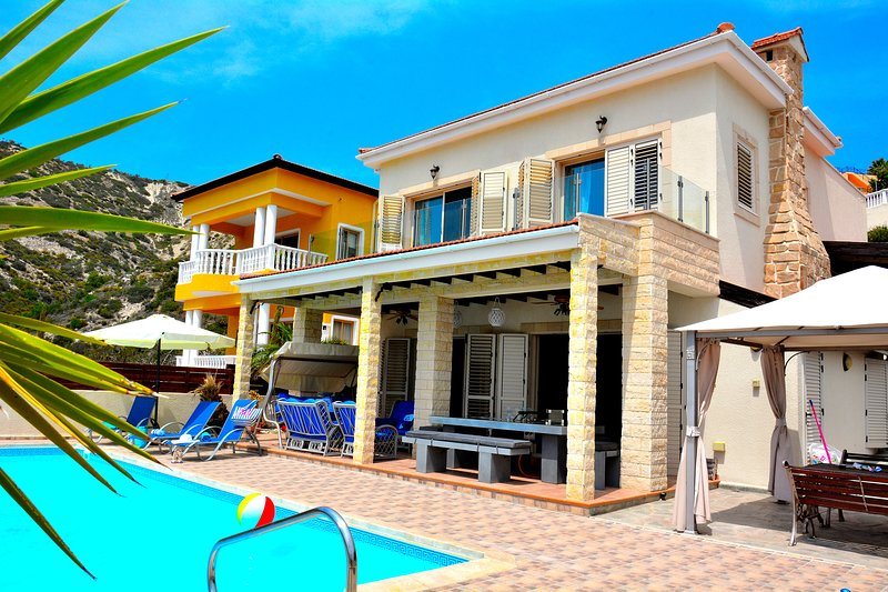 VILLA OCEAN BREEZE - IMMACULATELY PRESENTED LUXURY VILLA WITH HEATED POOL, holiday rental in Kathikas