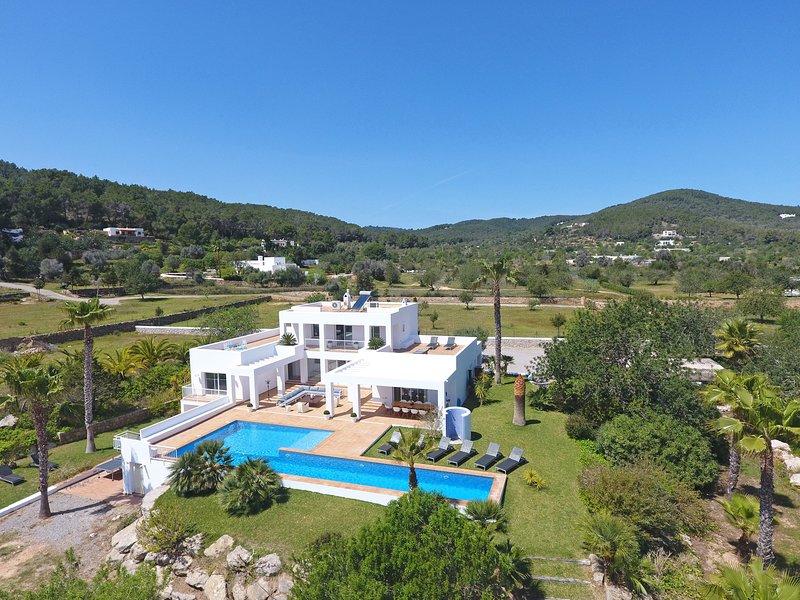 Large modern house pool views sleeps10, vacation rental in Cala Llonga
