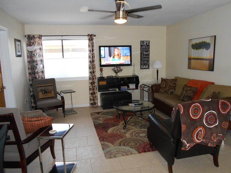 Updated 1st flr condo in Convenient Downtown Location Walk to everything, alquiler de vacaciones en Fountain Hills