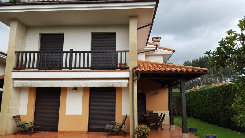 Chalet con jardín privado, en urbanización con piscina, vacation rental in Caravia Municipality