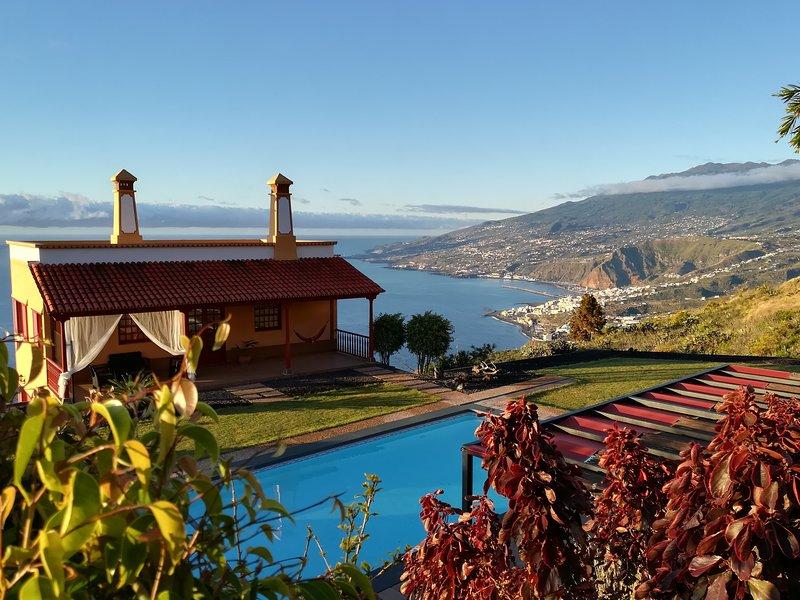 Dachgeschoss des Hauses mit Pool und Wellnessbereich mit seinen Ansichten.