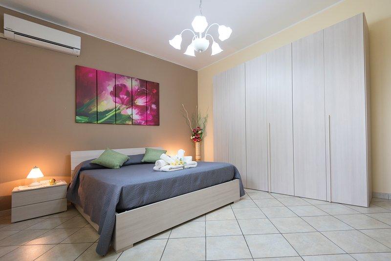 'Purple tulip bedroom' with double bed