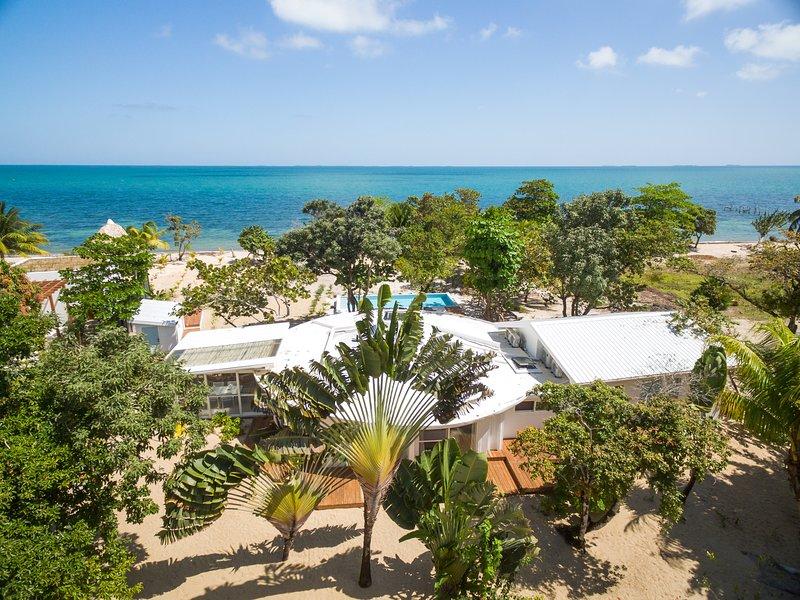 Vista aérea de propiedad y playa.