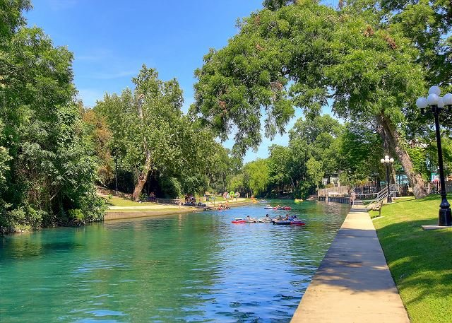 Located right on the Comal River! Pool, hot tub, direct river access!!, holiday rental in New Braunfels
