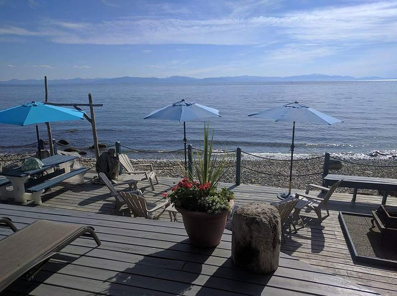 Beachside Grande Vista Oceanfront Suite, vakantiewoning in Roberts Creek