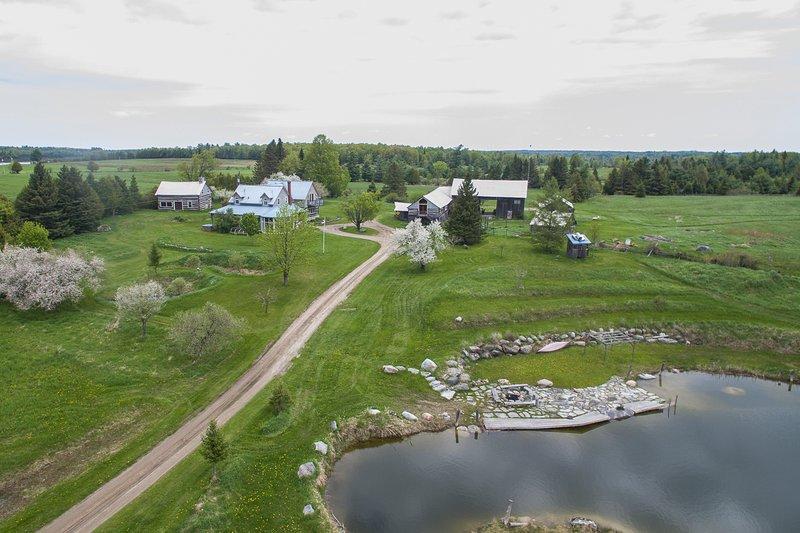 edifícios com lago em frente