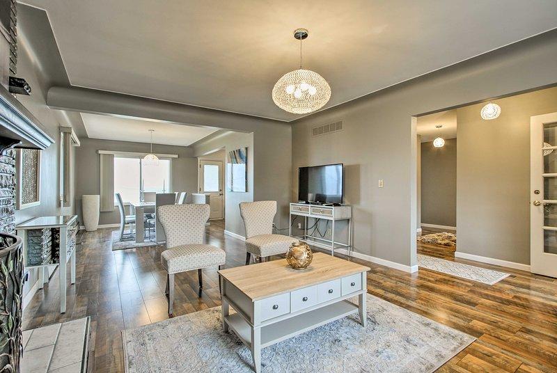 A lareira de pedra do chão ao teto é um ponto focal linda na sala de estar.