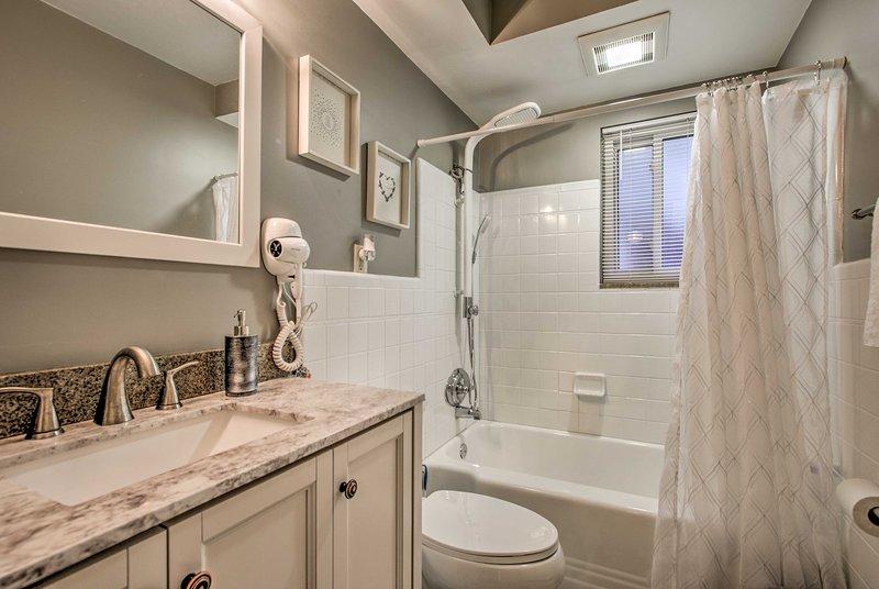 Refrescar-se na casa de banho completa recém-atualizado.