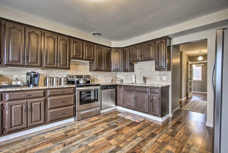 Ao virar da esquina é a cozinha totalmente equipada.